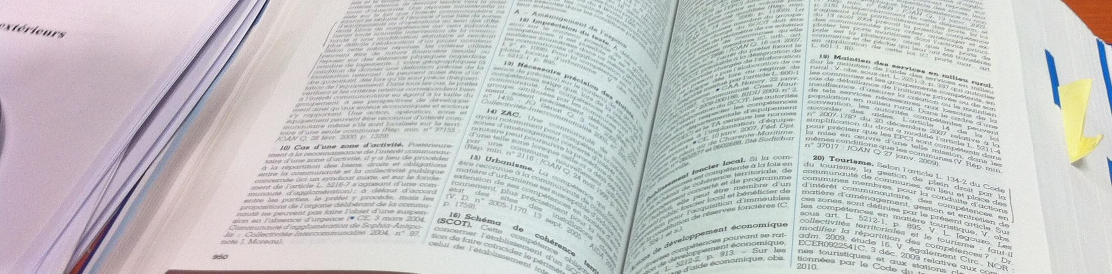 un livre de droit ouvert