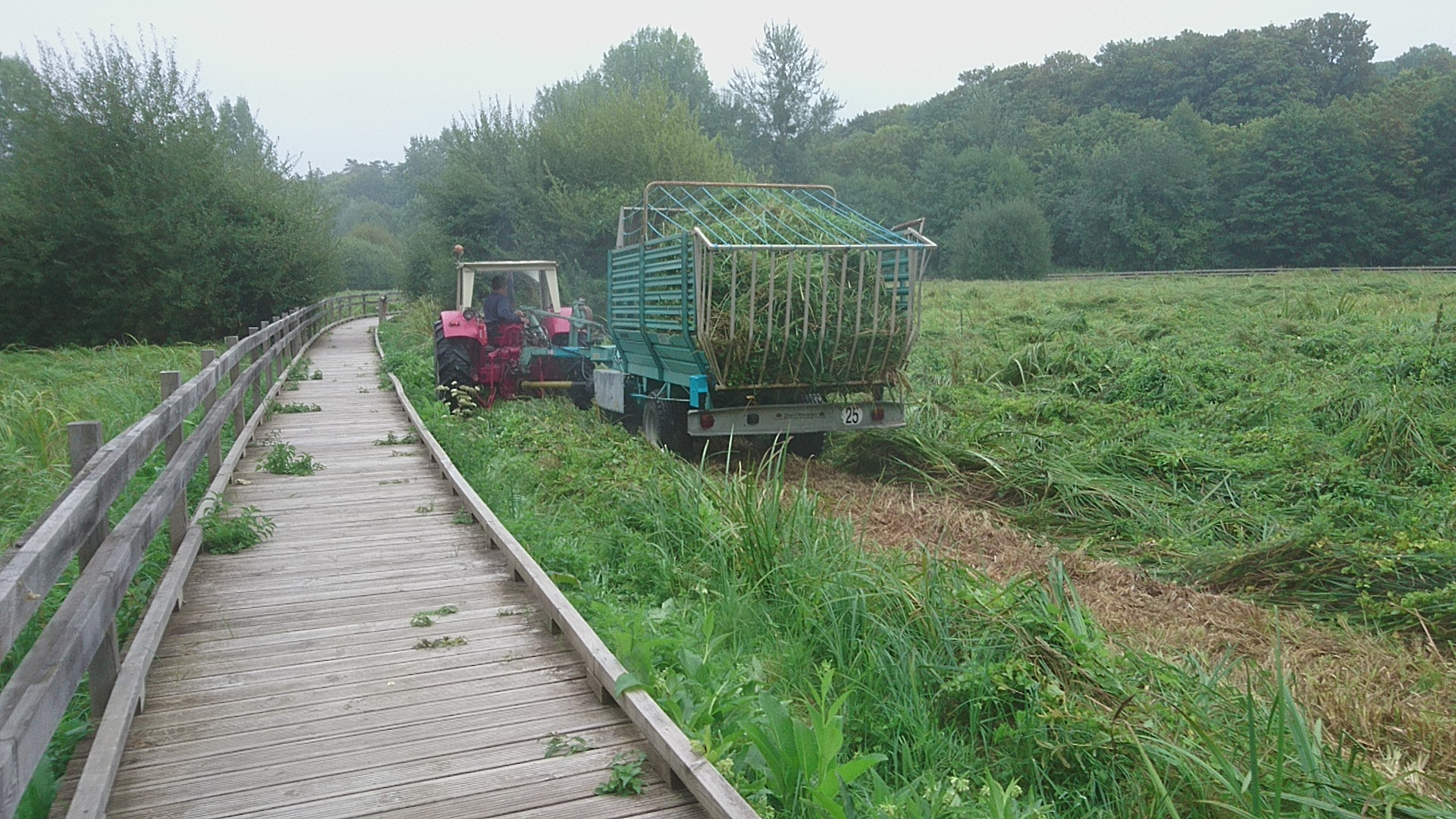 cliché d'un tracteur et sa remorque